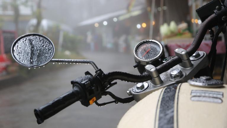 Consigli per affrontare la pioggia in moto
